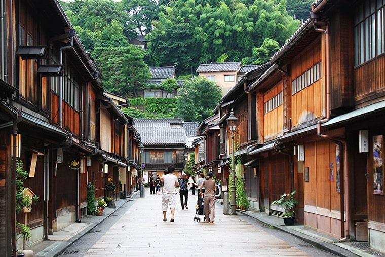 Direction Kanazawa, une ville côtière du Japon sur l'île d'Honshū