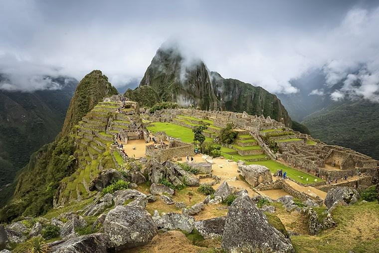 La citadelle Inca installée dans les montagnes au Pérou